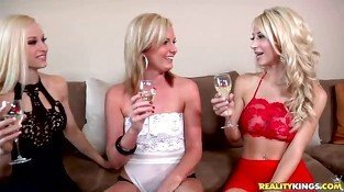 2 lesbians Amy Moore and Lux Kassidy banging a Sam
